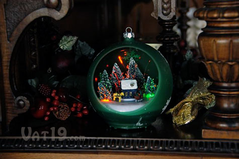 sparkling christmas ornament spices up a table - Motorized Christmas Decorations