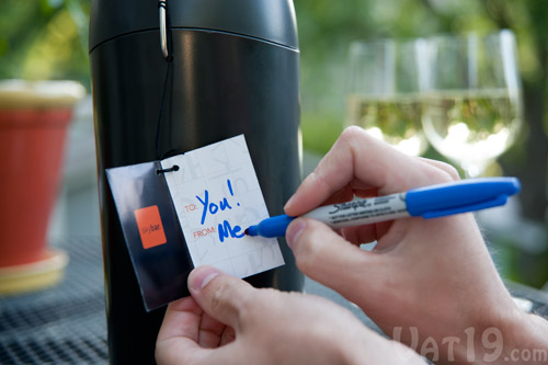 A small gift tag is included in order to complete the gift of giving a bottle of wine or champagne.